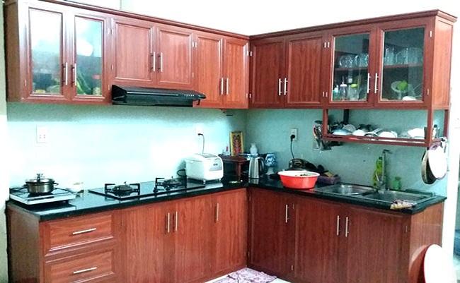 Tủ bếp bằng nhôm kính giả gỗ