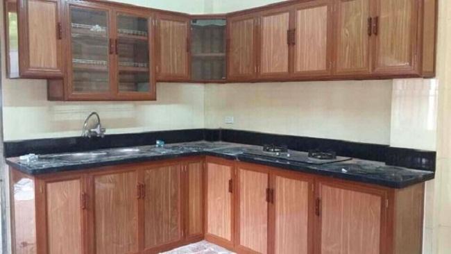 Mẫu tủ bếp nhôm kính vân gỗ màu nâu sáng