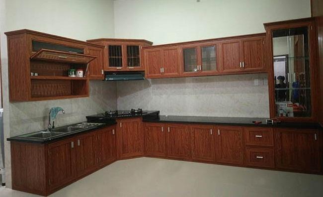 Mẫu tủ bếp nhôm kính giả gỗ độc đáo