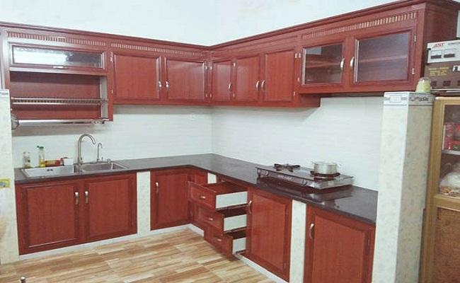 Tủ bếp nhôm kính giả gỗ bệ bê tông