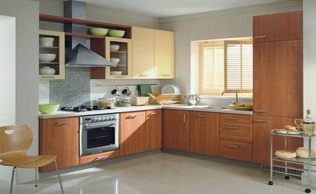 Mẫu tủ bếp chữ L có cửa sổ phong cách cổ điển