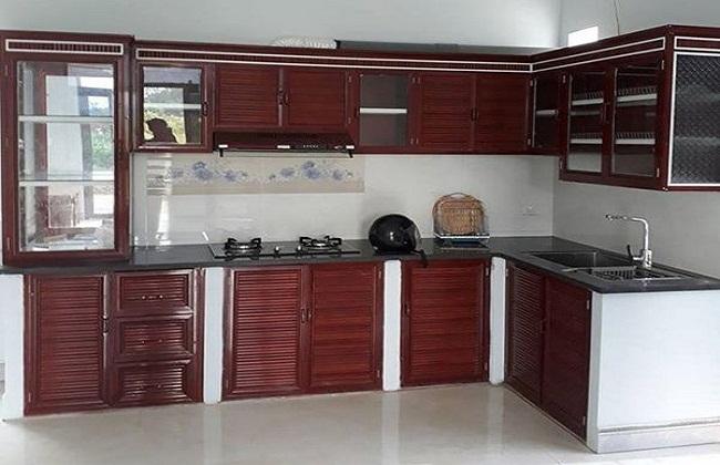 Mẫu tủ bếp nhôm kính vân gỗ bệ bê tông