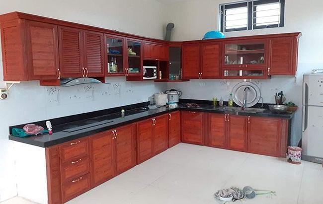 Mẫu tủ bếp nhôm kính vân gỗ sang trọng giá rẻ
