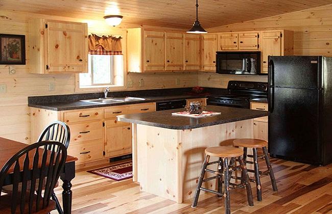 Thiết kế tủ bếp gỗ tự nhiên có cửa sổ