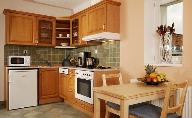 Tủ bếp chữ L cho nhà nhỏ bằng gỗ tự nhiên