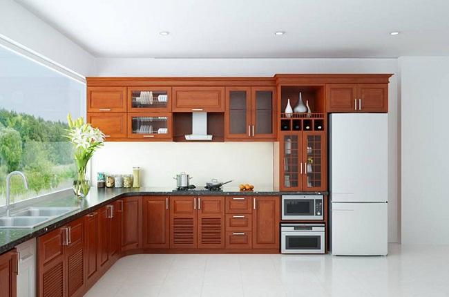 Tủ bếp chữ L gỗ tự nhiên có cửa sổ kính