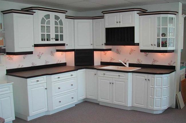 Tủ bếp chữ L gỗ tự nhiên sơn trắng