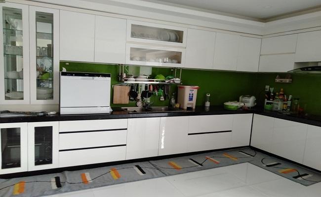 Tủ bếp có máy rửa bát để bàn