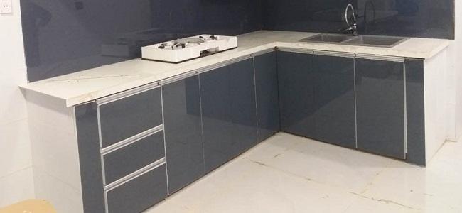 Mẫu tủ bếp dưới bằng nhôm kính