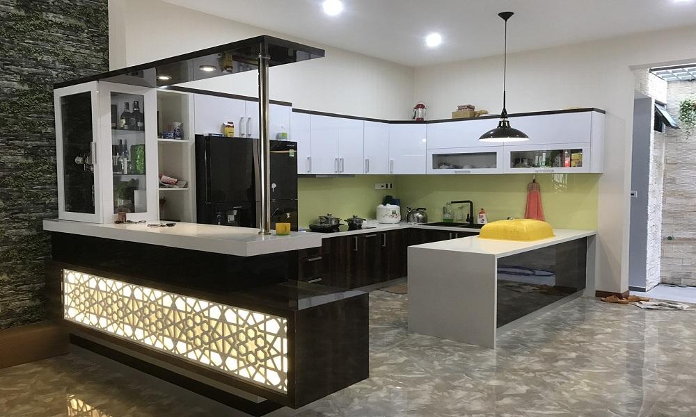 Tủ bếp cho gia đình bằng gỗ kết hợp inox