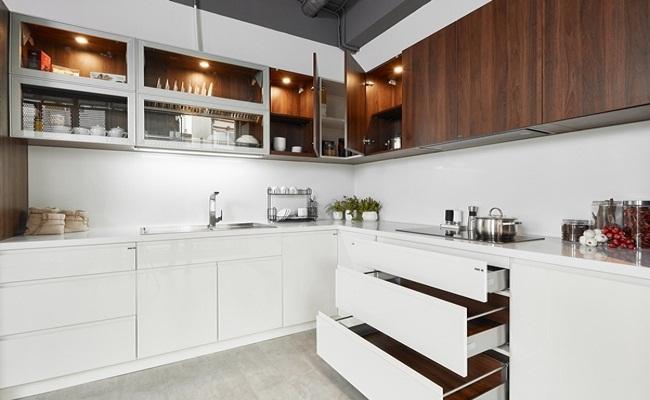 Mẫu tủ bếp gỗ óc chó Acrylic hiện đại