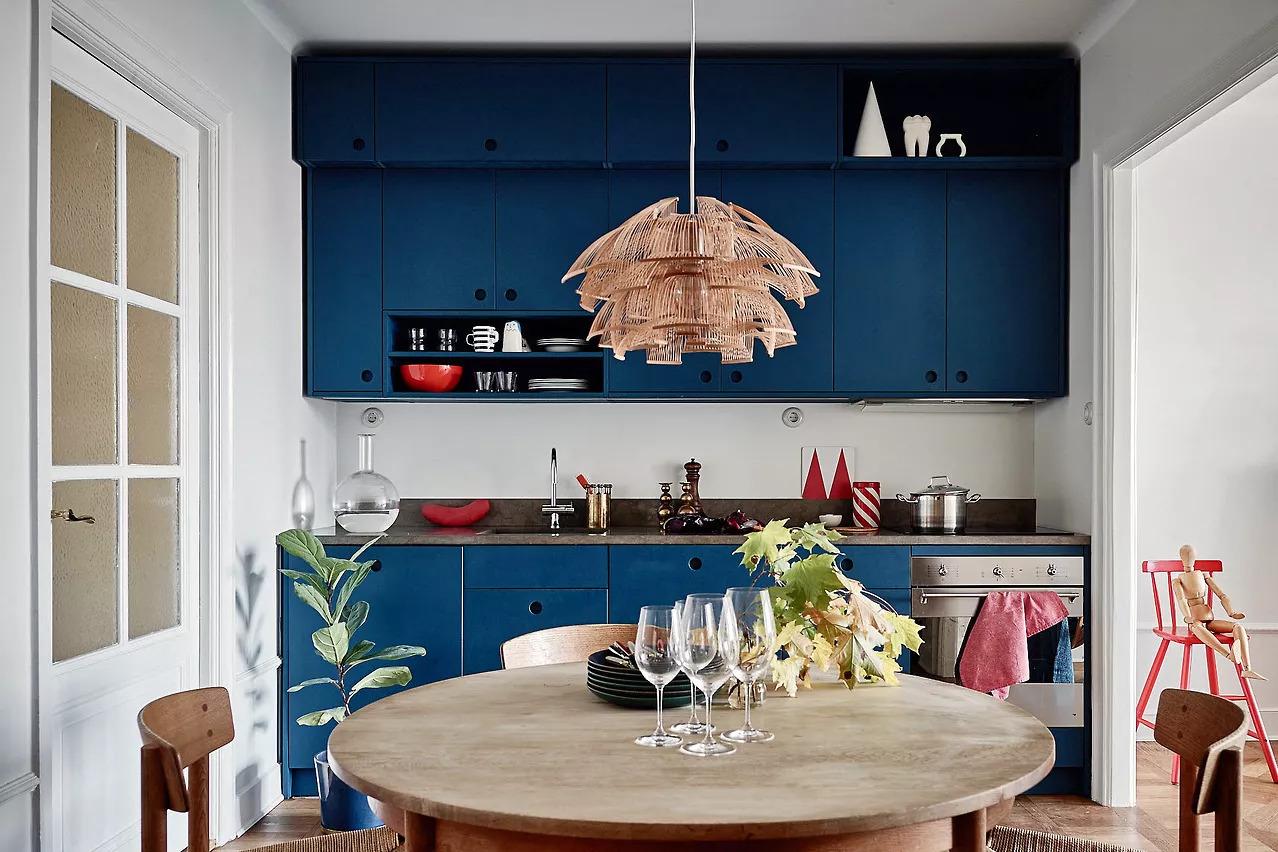 Tủ bếp màu xanh dương không tay cầm