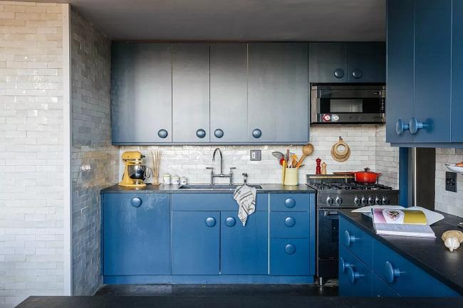 Tủ bếp màu xanh dương cổ điển