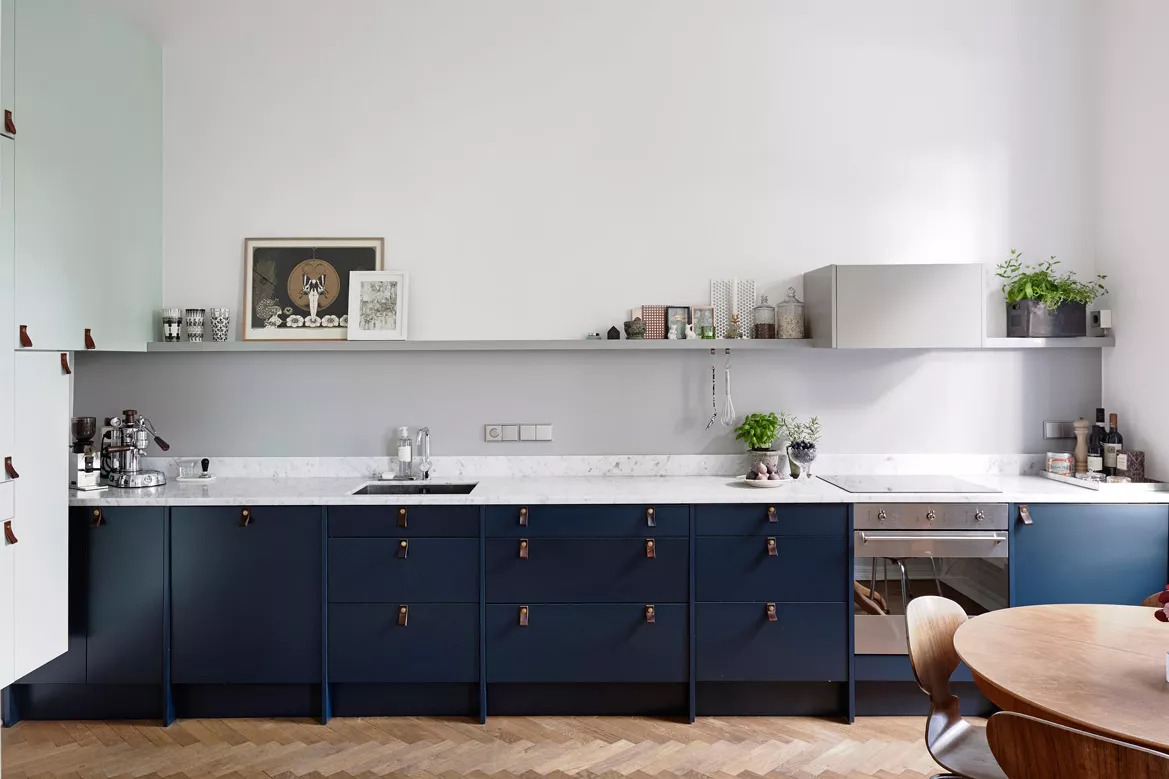 Tủ bếp xanh dương hai tông màu