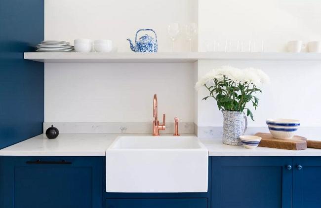 Tủ bếp màu xanh dương với phụ kiện đồng