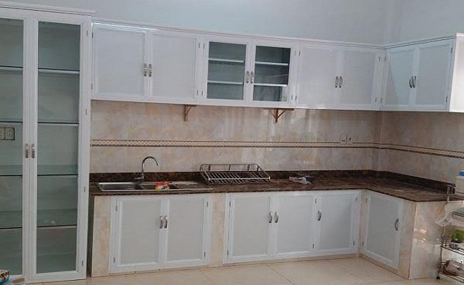 Tủ bếp nhôm kính trắng sứ đẹp
