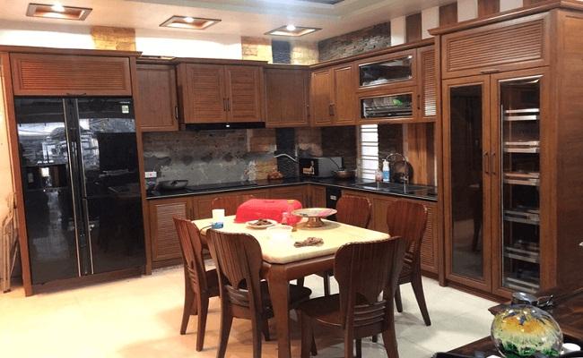 Tủ bếp nhôm kính vân gỗ sang trọng
