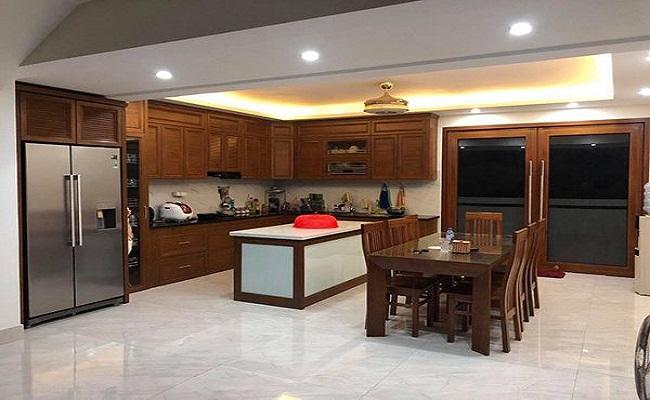 Tủ bếp nhôm kính vân gỗ có bàn đảo